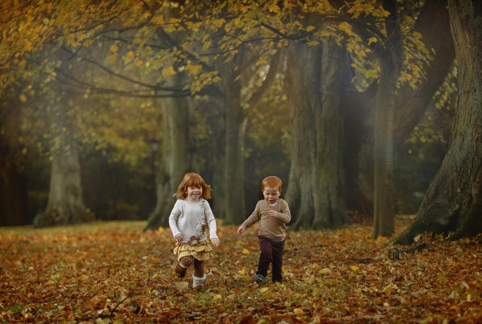 _Autumn location photo shoot children running