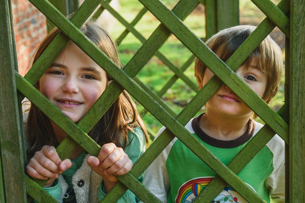 052 Location Photoshoot brother and sister peeping through gate